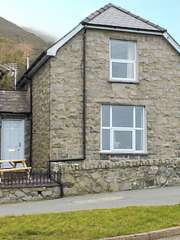 2 bedroom Cottage for rent in Llangefni
