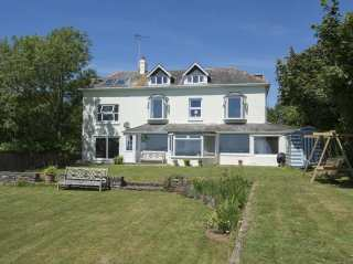 5 bedroom Cottage for rent in Dartmouth