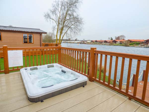 Castle view lodge tattershall lakes country park lincolnshire self catering holiday home for Tattershall lakes swimming pool